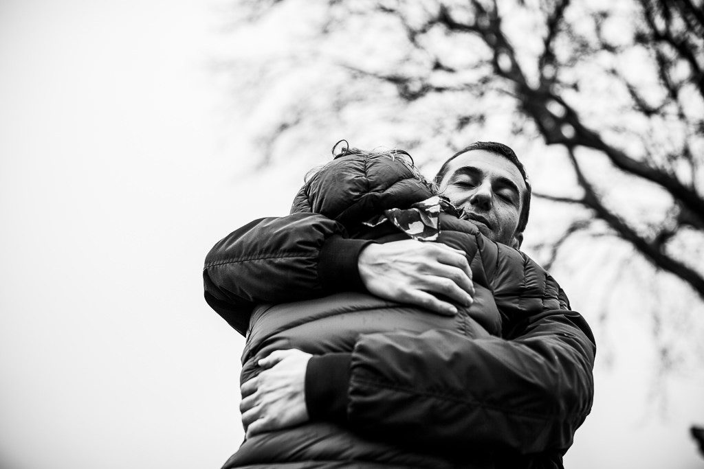 fidanzati si abbracciano
