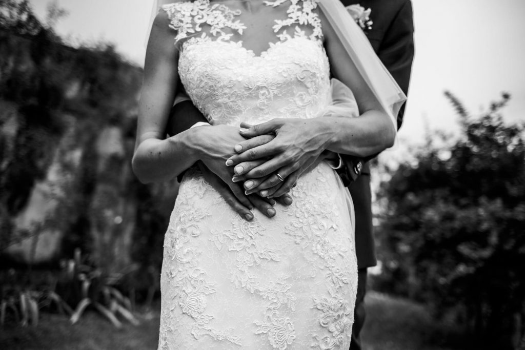 dettaglio in bianco e nero degli sposi