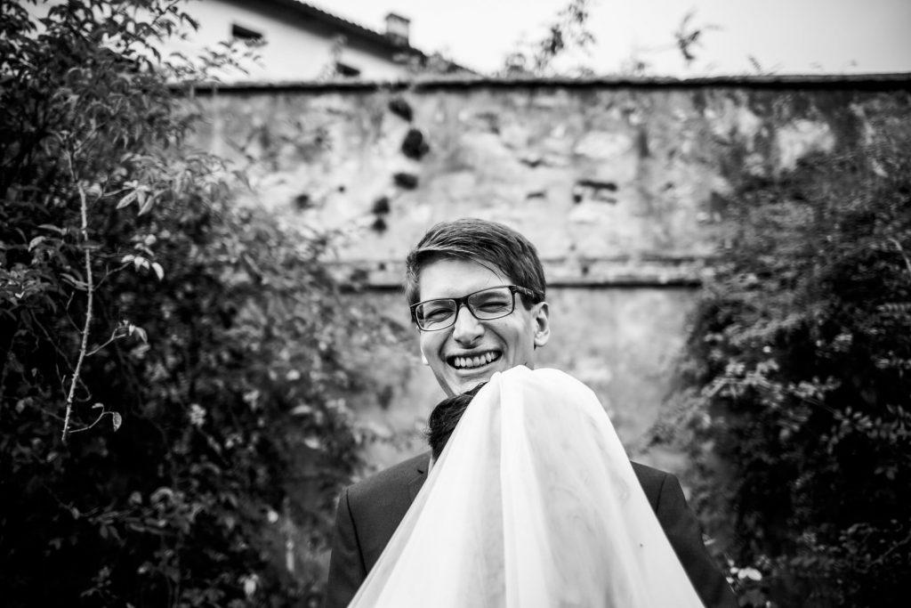 sposo ironico in bianco e nero