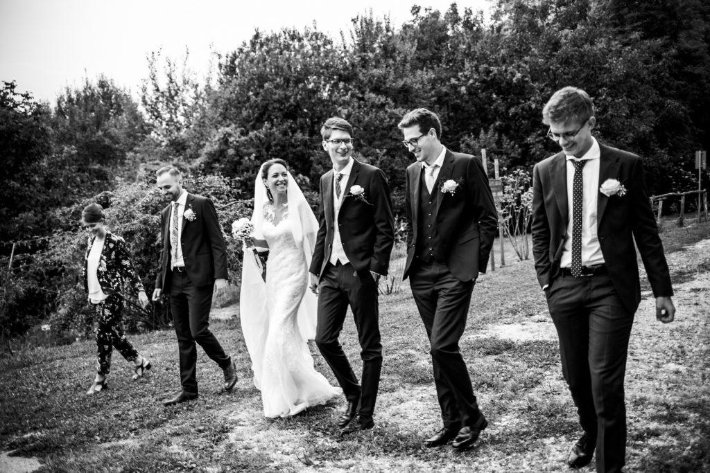 sposi e testimoni in bianco e nero