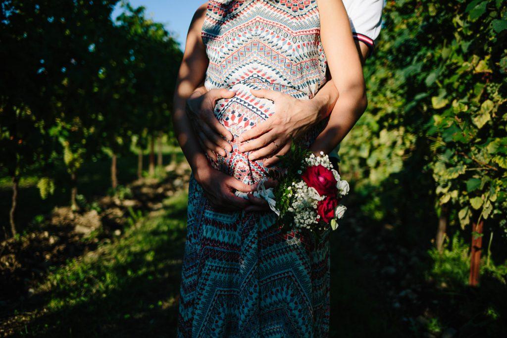 dettagli mani maternità