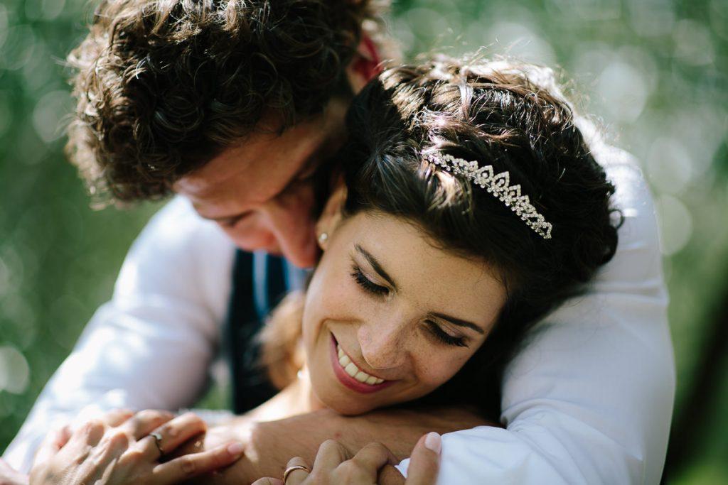 sposi abbracciati e felici