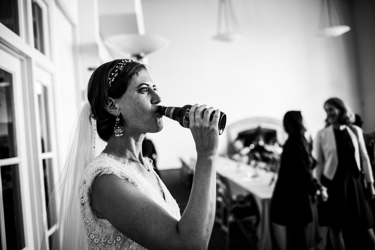 sposa beve una birra durante la festa