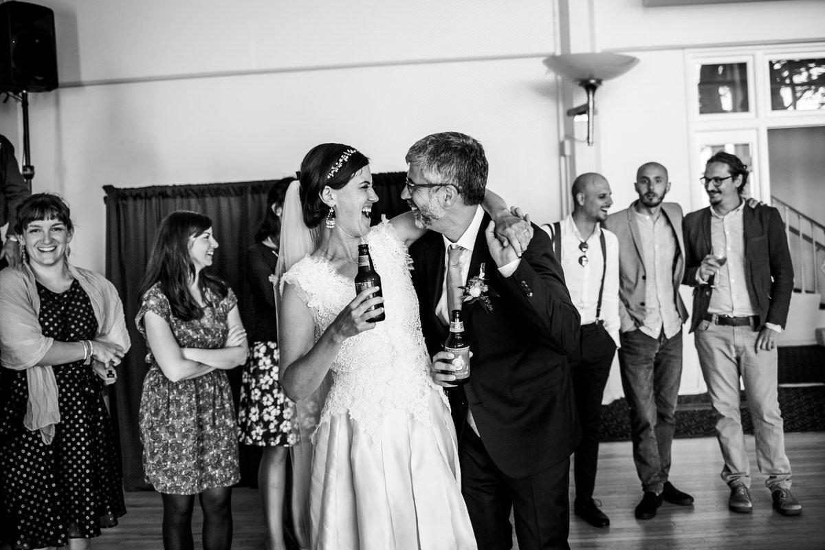 sposi ridono con una birra in mano