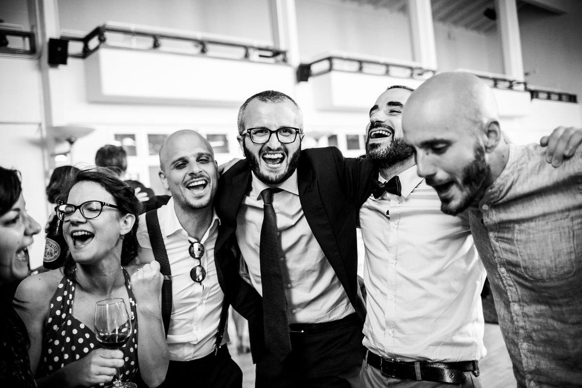 abbraccio tra a amici nella festa di matrimonio