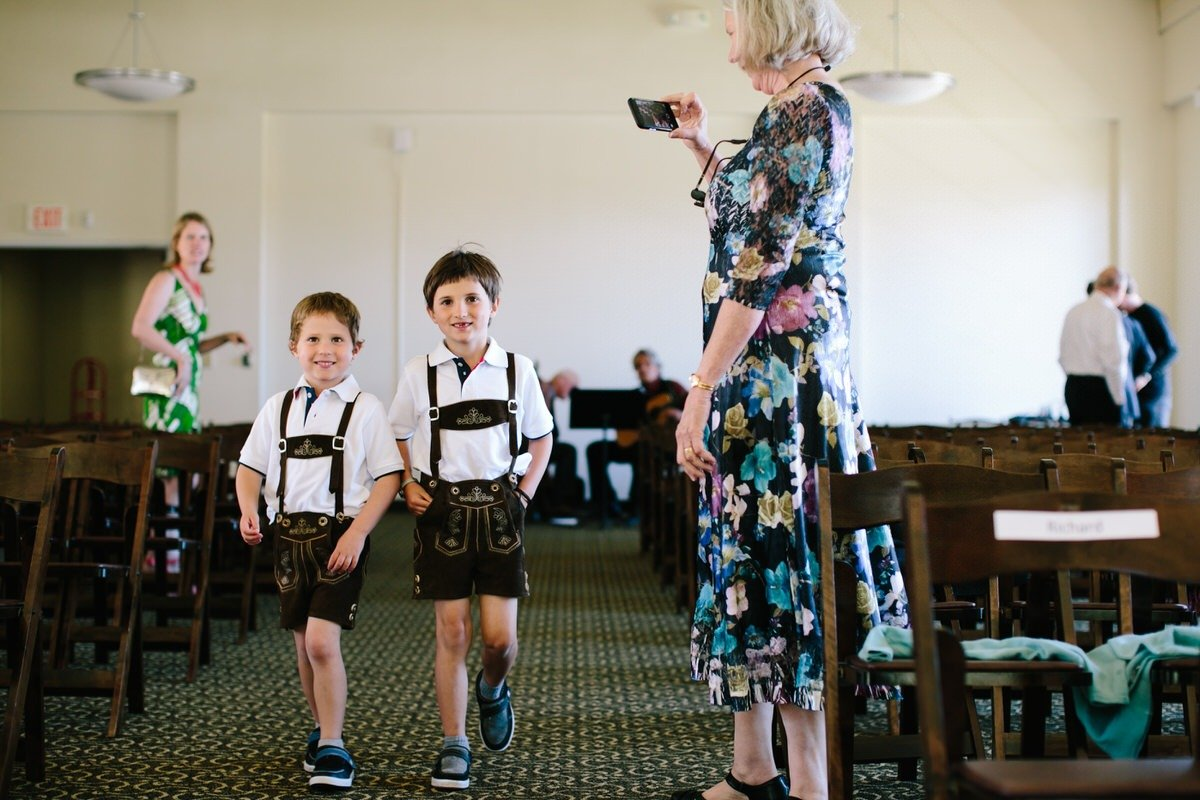 Bambini vestiti tradizionali  al matrimonio