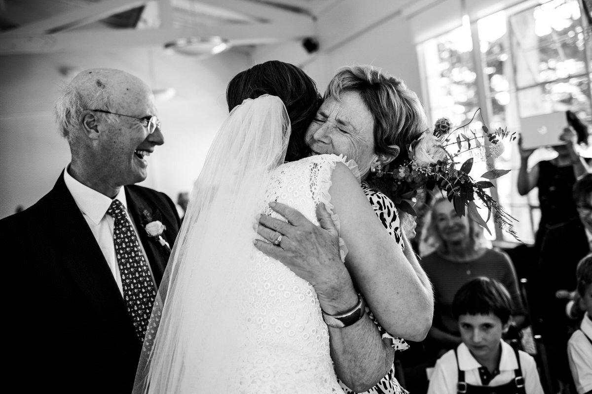 abbracci di vera gioia durante il matrimonio